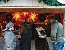 Les gens à Noël calent sur le marché de Noël sur la place de cathédrale Images libres de droits