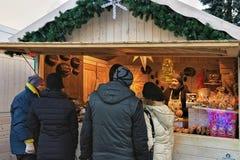 Les gens à Noël calent sur le marché de Noël sur la place de cathédrale Images stock