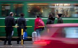 Les gens à un arrêt de tram Photographie stock libre de droits