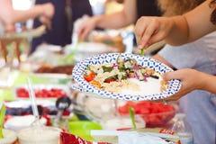 Les gens à un barbecue d'été images libres de droits