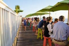 Les gens à un café dehors Photo stock