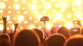 Les gens à un concert de rock banque de vidéos