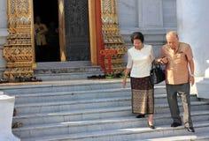 Les gens à un temple bouddhiste à Bangkok, Thaïlande photo libre de droits