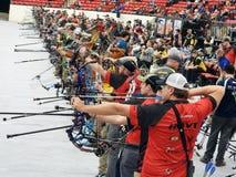Les gens à une concurrence de tir à l'arc images stock