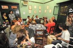 Les gens écoutant à un divertissement de musique dans une barre Photo libre de droits