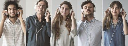 Les gens écoutant la musique avec l'écouteur photo stock