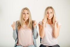 Les gens, les émotions et les sentiments femmes jumelles ayant excité et regards de gain Photos libres de droits