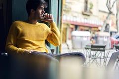 Les gens étant dans le voyage en vacances utilisant la connexion sans fil gratuite dans le café urbain Photographie stock