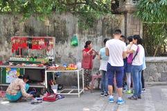 Les gens achètent des choses pour le culte dans une pagoda le premier jour de la nouvelle année lunaire au Vietnam Photo libre de droits