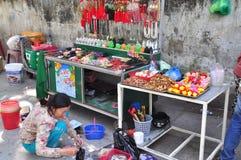 Les gens achètent des choses pour le culte dans une pagoda le premier jour de la nouvelle année lunaire au Vietnam Images libres de droits