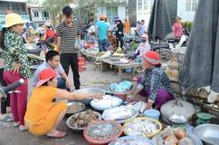 Les gens achetant et vendant des fruits de mer images libres de droits
