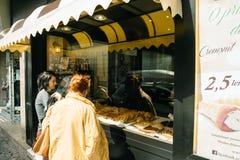 Les gens achetant la nourriture roumaine traditionnelle à Bucarest sur le stre Photo stock