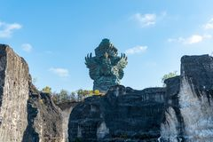 Les gens admirant Dieu Wisnu montant le Garuda image libre de droits