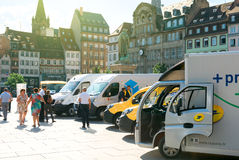 Les gens admirant la flotte de véhicules électriques d'opéra postal Image libre de droits
