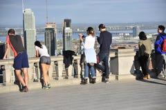 Les gens admirant Montréal du chalet II photographie stock libre de droits