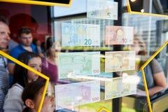 Les gens admirant toutes les notes d'euro d'Union européenne Photographie stock libre de droits