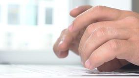 Les gens, les affaires, la technologie et le concept de travail de bureau - fermez-vous des mains d'homme d'affaires dactylograph banque de vidéos