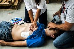Les gens aidant un homme inconscient images libres de droits