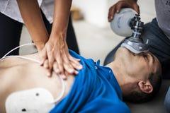 Les gens aidant un homme inconscient photos stock