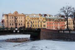 Les gens alimentent les canards à St Petersburg, Russie Photo stock