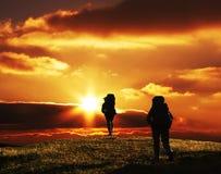 Les gens allant sur le suset dans le trekking Photographie stock libre de droits