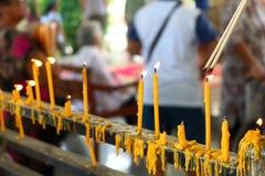 Les gens allumant l'encens pour prier dans le bouddhisme Photo stock