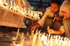 Les gens allument des bougies Photo libre de droits