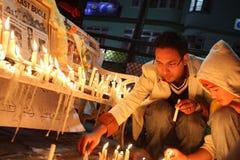 Les gens allument des bougies Images libres de droits