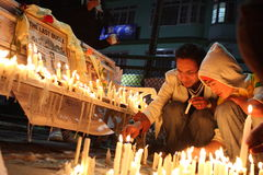 Les gens allument des bougies Photographie stock