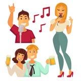 Les gens amusant dans le bar karaoke d'isolement sur le blanc Couples Photos stock