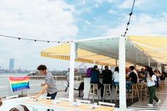 Les gens appréciant dans le restaurant dans la promenade d'île des Gouverneurs avec Image libre de droits