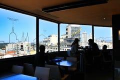 Les gens appréciant dans un café de dessus de toit dans la rue de Gran Via photo libre de droits