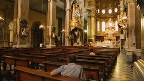 Les gens appréciant l'architecture antique de la cathédrale, de la religion et de la foi de Naples banque de vidéos