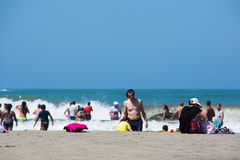 Les gens appréciant l'océan des Caraïbes à Carthagène Image stock
