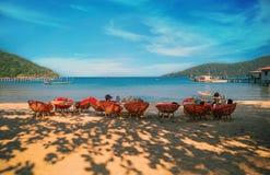 Les gens appréciant la belles plage et mer en Koh Rong Samloem Photographie stock libre de droits