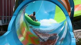 Les gens appréciant la courbe ont formé la vague dans l'attraction de boucle de Karakare chez Seaworld 1 banque de vidéos