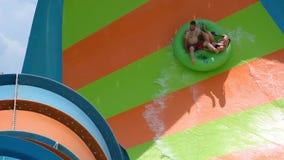 Les gens appréciant la courbe ont formé la vague dans l'attraction de boucle de Karakare chez Seaworld 3 banque de vidéos