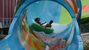 Les gens appréciant la courbe ont formé la vague dans l'attraction de boucle de Karakare chez Seaworld 2 banque de vidéos