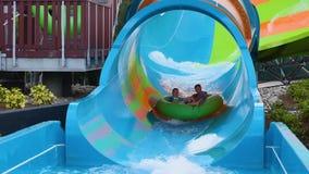 Les gens appréciant la courbe ont formé la vague dans l'attraction de boucle de Karakare chez Seaworld 5 banque de vidéos