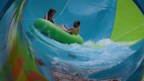 Les gens appréciant la courbe ont formé la vague dans l'attraction de boucle de Karakare chez Seaworld 6 clips vidéos