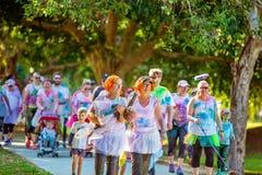 Les gens appréciant la course d'amusement de frénésie de couleur photographie stock