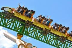 Les gens appréciant la hausse rapide du guépard Hunter Rollercoaster aux jardins Tampa Bay de Bush photographie stock
