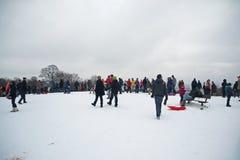 Les gens appréciant la neige à la bruyère de Hampstead, Londres Photos stock