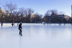 Les gens appréciant la piste de patinage de glace Images stock