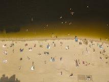 Les gens appréciant la plage et nageant photo stock