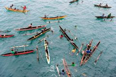 Les gens appréciant la pluie dans des canoës sur l'océan pacifique image stock