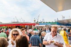 Les gens appréciant la poissonnerie par le port à Hambourg, Allemagne Image libre de droits