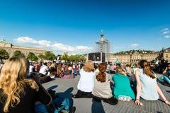 Les gens appréciant le cinéma d'air ouvert au centre de la ville de Stuttgart (Allemagne) Photo stock