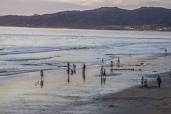 Les gens appréciant le coucher du soleil à la plage de Santa Monica Photos libres de droits