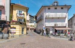 Les gens appréciant le restaurant de rue sur la promenade célèbre de lac chez Ascona, Suisse photographie stock